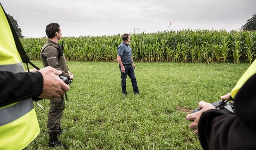 Tijdens de vlucht wordt gekeken of er mogelijk hennep tussen het mais verstopt zit.