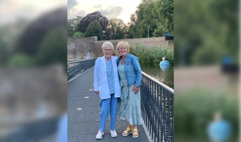 <p>De Bossche Bol XL gaat deze week naar Jennie Rutten (links) uit Den Bosch. Zij is voorgedragen door dochter Wilma Bouhuys (rechts).</p>