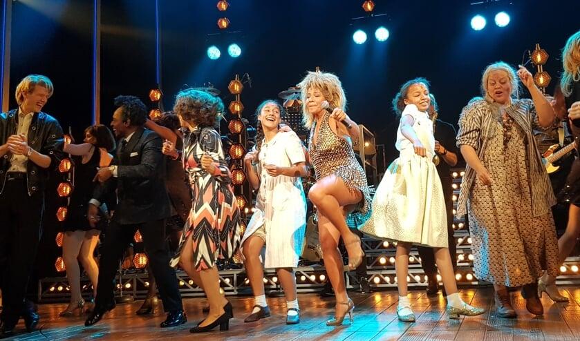 <p>Marit Amuom uit Rosmalen - gekleed is het witte jurkje tweede van rechts - is als kleine Tina Turner te zien in de gelijknamige musical in het Beatrix Theater in Utrecht. (Foto: Stage Entertainment)</p>