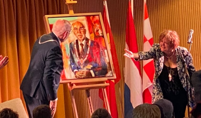 Burgemeester Karel van Soest werpt een blik op zijn portret. Rechts schilderes Marta Jedrysko.
