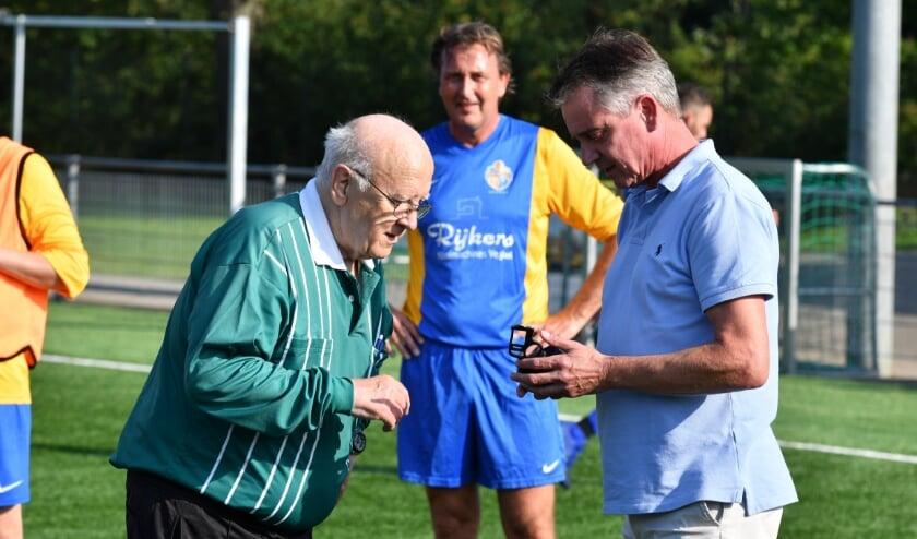 <p>Ben van den Oetelaar wordt bedankt voor bewezen diensten door Blauw Geel-voorzitter Edwin van den Boom.</p>