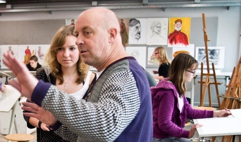 Jos Klaver is een professioneel beeldend kunstenaar met jarenlange leservaring aan zowel professionals als aan hobbyisten.