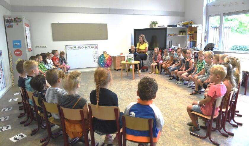 <p>Juf Lieke van Duren van groep 2 en 3 legt alvast uit wat er deze eerste schooldag allemaal op het programma staat. </p>