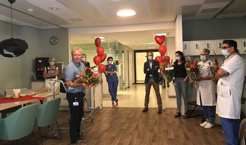Unithoofd Cardiologie Riny van der Ven (links) spreekt zijn collega's toe tijdens de opening van de hartlounge.