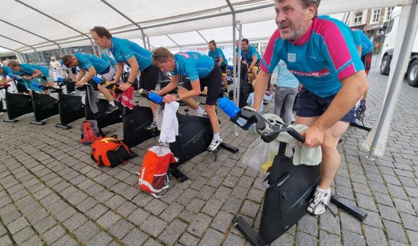 <p>De spinningmarathon die zondag werd gehouden op de Markt heeft het prachtige eindbedrag van 36.067 opgebracht. (Foto: Henk van Esch)</p>