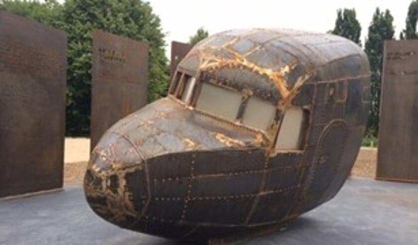Het door de Lindense kunstenaar Ruud Schrijvershof gemaakte monument omvat de cockpit van het vliegtuig en daarbij informatie over de gesneuvelde militairen.