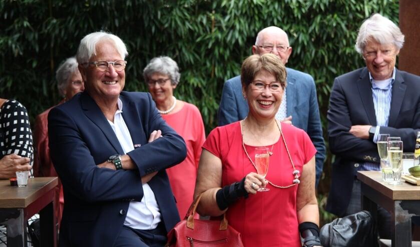 De leden van sportclub De Hartenjagers uit Den Bosch hebben op zaterdag 25 september Tom Anten (links) in het zonnetje gezet. Rechts naast hem zijn echtgenote Bella.