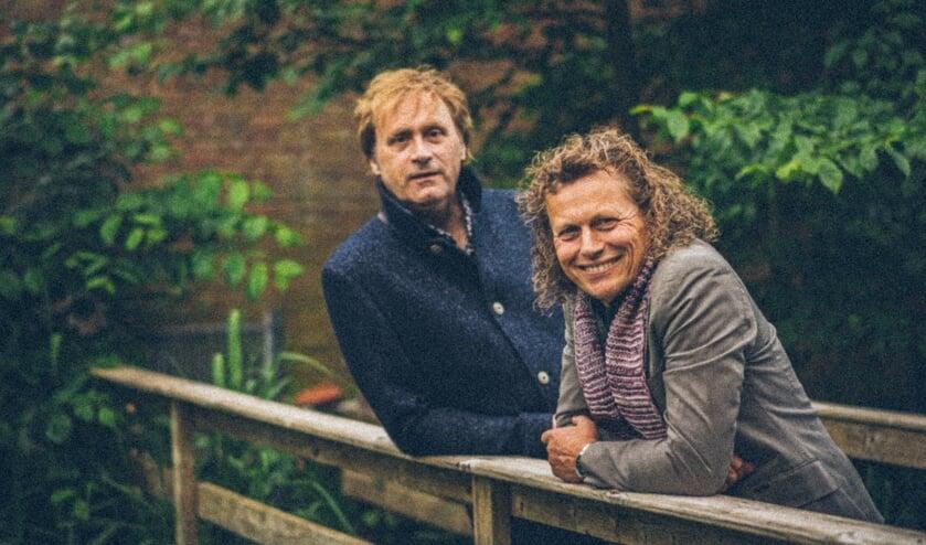 <p>Muzikale vrienden Syb van der Ploeg en Maarten Peters brengen binnenkort een ode aan Simon & Garfunkel. Foto: Piet Douma Fotografie</p>
