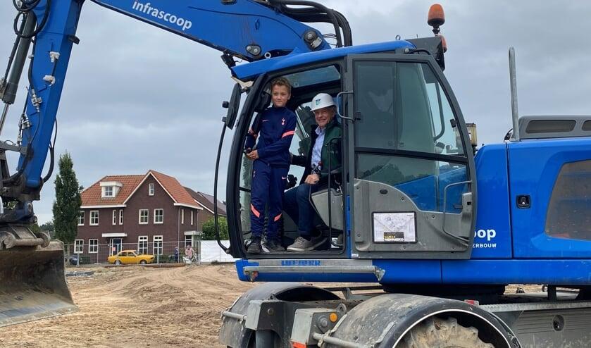 Wethouder Peperzak en een jonge toekomstig bewoner verrichten de eerste bouwhandeling.