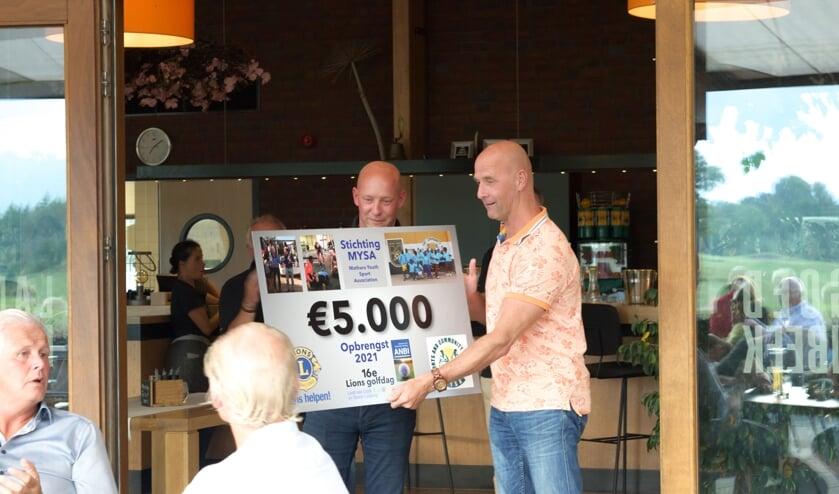 <p>De Lionsclub doneert &euro;5000 euro aan stichting Mysa Nairobi en Save the Children.</p>