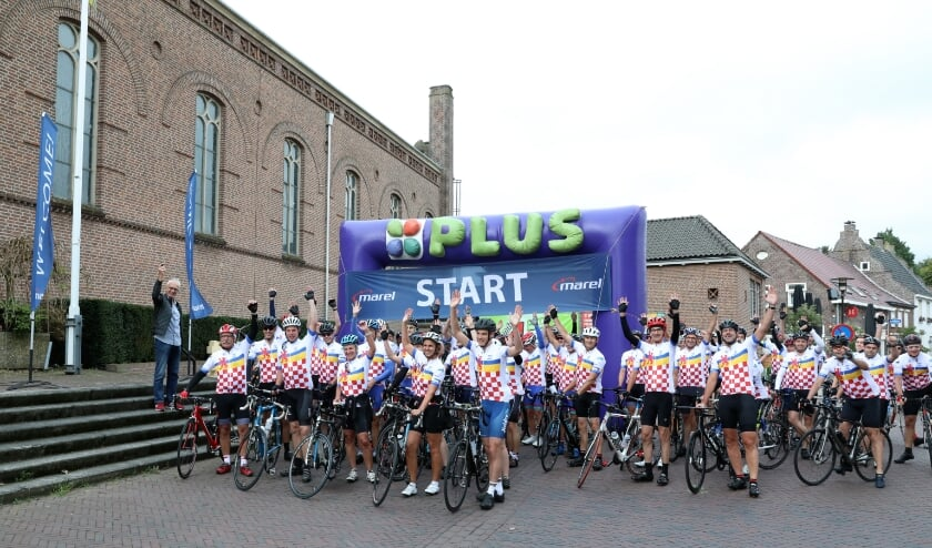 <p>De start van Van Vrijthof tot Vrijthof met links op de foto Fons van Katwijk die het startschot lost. Foto: Yvonne Jacobs.</p>
