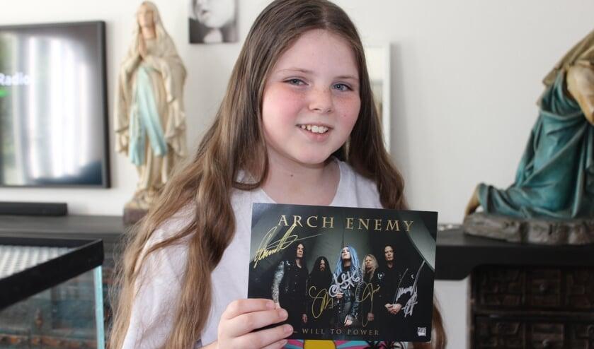 <p>De grootste inspiratiebron van de 10-jarige &#39;grunter&#39; Nova Huijben uit Rosmalen is toch wel de band Arch Enemy. (Foto: Wendy van Lijssel)</p>