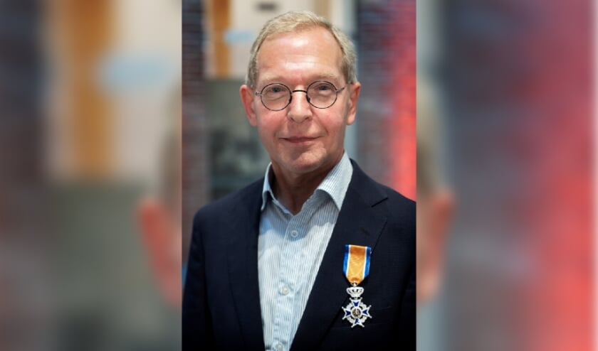 De koninklijke onderscheiding werd overhandigd door de burgemeester van Sint-Michielsgestel, Han Looijen, en opgespeld door zijn echtgenote Anny Sanders. Foto: Marc Bolsius