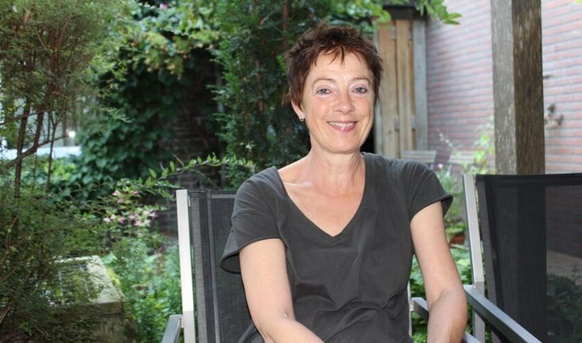 <p>Mieke Aalderink neemt jong en oud bij de hand en mee in de verhalen die ze vertelt.</p>