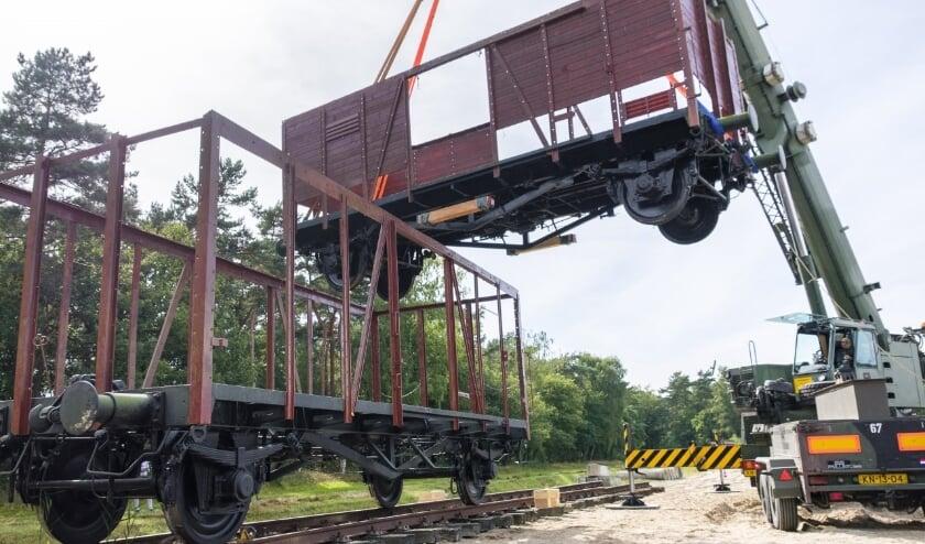 <p>Genisten van de Koninklijke Landmacht hebben op 20 en 21 september twee historische treinwagons vanuit Herinneringscentrum Kamp Westerbork naar de Van Brederodekazerne in Vught vervoerd. </p>