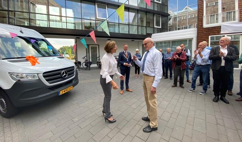 <p>Mieke Dekkers-Van der Valk overhandigt de sleutels aan vrijwilliger Piet ten Haaf.</p>