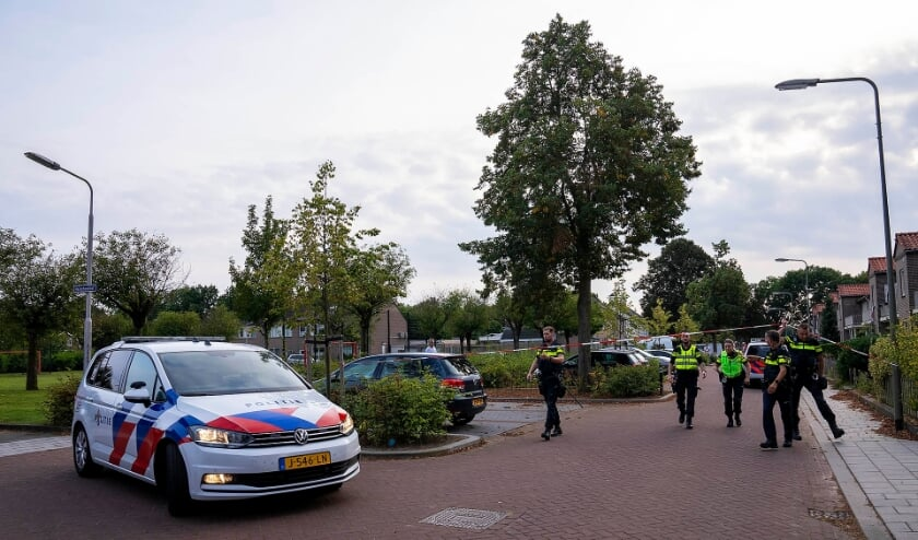 Hulpdiensten in Heischeutstraat na steekpartij. (Foto: Gabor Heeres, Foto Mallo)