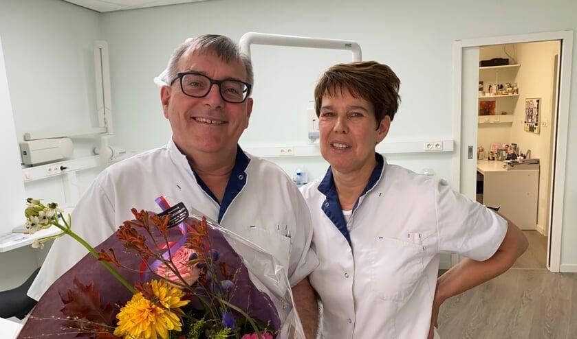 <p>Tandarts Jan Mooren werd maandag verrast met een bloemetje.</p>