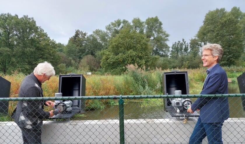 <p>Peter van Dijk en directeur Brabants Landschap Joris Hogenboom zetten de nieuwe inlaat officieel in werking.</p>