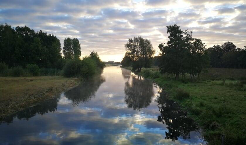 """Hoofdprijswinnaar Gijs over zijn foto: """"Als ik vanuit Boxtel naar mijn school in Sint- Michielsgestel fiets, dan zie ik soms hele mooie natuur. Op deze ochtend zag ik de Dommel schitteren dus nam ik meteen een foto!."""""""