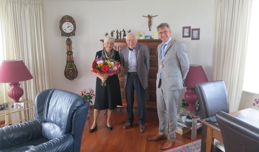 Ook burgemeester Wim Hillenaar kwam langs om Adie en Frans te feliciteren met deze diamanten mijlpaal.