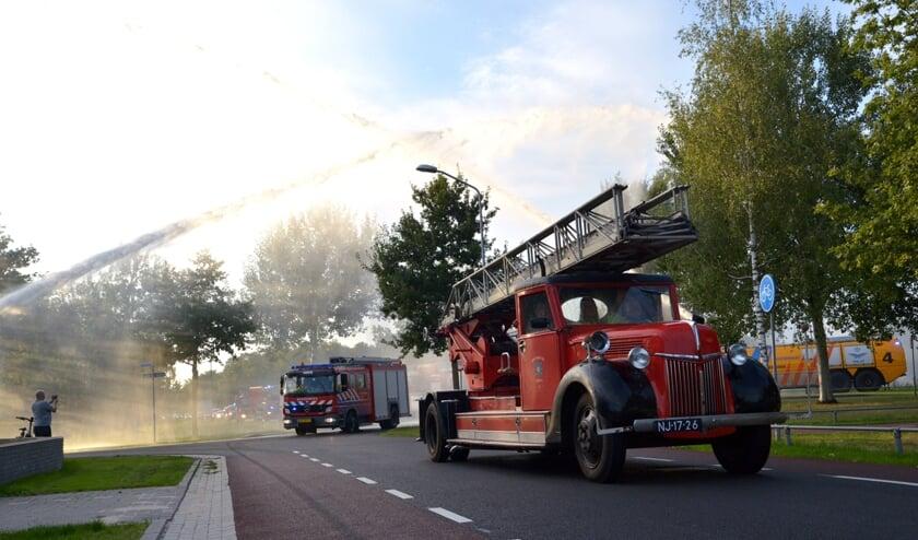 <p>De brandweerauto&#39;s, waaronder deze uit 1940, werden welkom geheten door de brandweer van de vliegbasis. (foto: Henk Lunenburg)</p>
