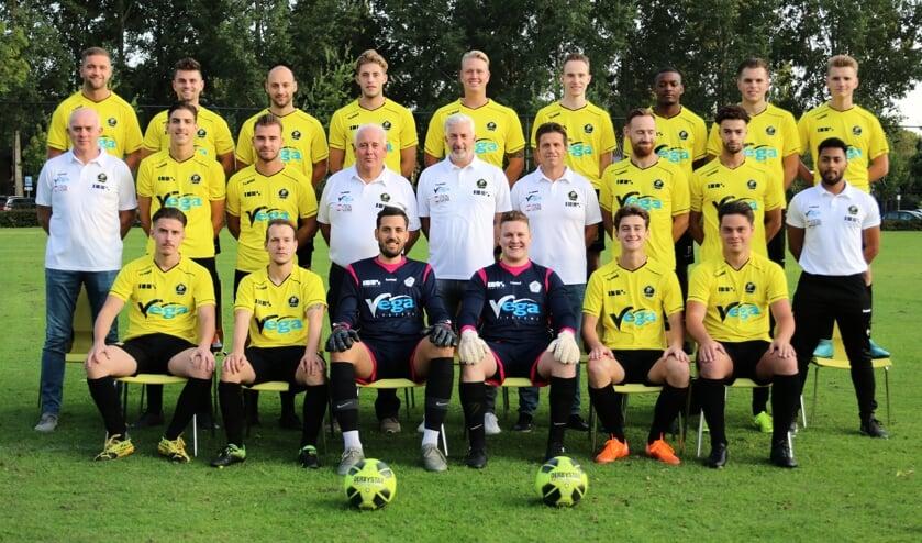 <p>Jordy Spooren bovenste rij tweede van links. (Foto: www.amsteleind.nl)&nbsp;</p>