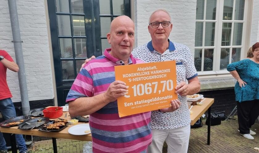<p>Harrie van der Krabben neemt de cheque in ontvangst uit handen van Jack Paanakker.</p>