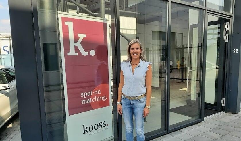 <p>Kelly Oosterom bij de ingang van haar onlangs geopende kantoor.</p>