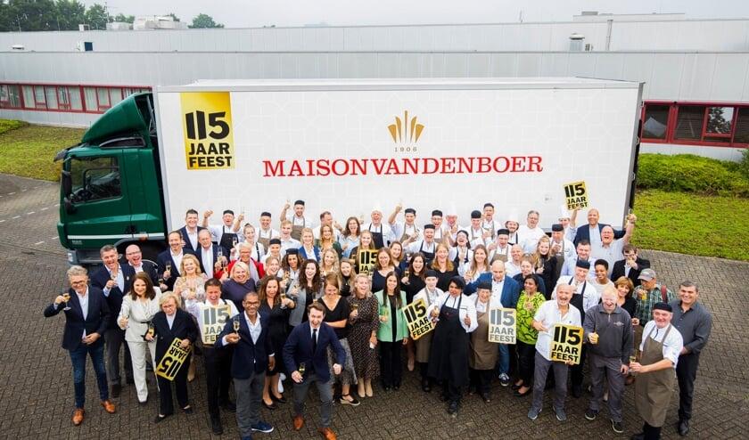 <p>Maison van den Boer viert jubileum. Alle medewerkers op de foto zijn getest, gevaccineerd of recent hersteld.</p>