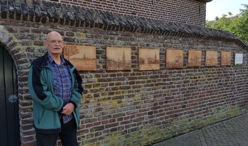 <p>Keramisch activist Pieter Arts bij de aangevulde keramiekmuur op het Raadhuisplein in Ottersum.</p>