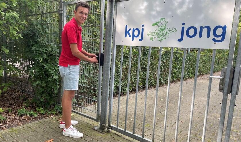 <p>Vrijwilliger Jelle van der Doelen bij de ingang van het terrein van de KPJ/Jong Nederland in Nuland.&nbsp;</p>