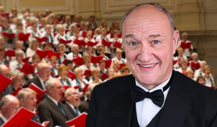 <p>Opera- en musicalzanger Henk Poort verleent zijn muzikale medewerking aan het kerstconcert dat op 12 december plaatsvindt in Den Bosch. Op de achtergrond het Grootkoor. (Foto: Grootkoor Projecten)</p>