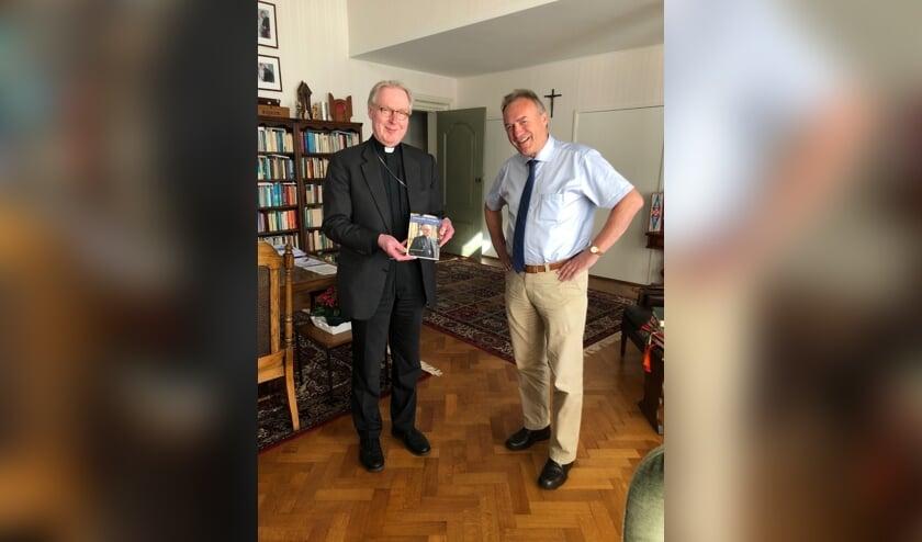 Bisschop Gerard de Korte bij de overhandiging van het eerste exemplaar van zijn nieuwe boek 'Geboeide vleugels'.