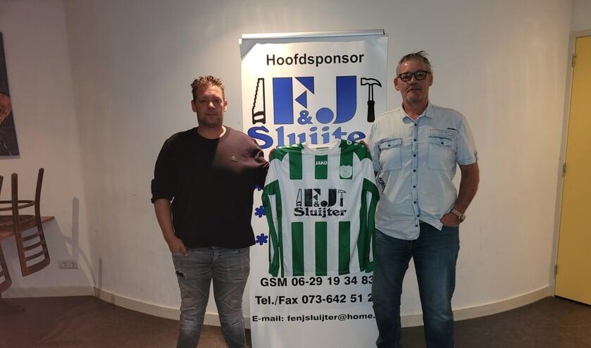 <p>De firma F & J Sluijter is ook het komende seizoen hoofdsponsor van voetbalvereniging TGG uit Den Bosch. Op de foto Frans Sluijter (rechts) en zijn zoon Jan bij de ondertekening van het nieuwe sponsorcontract.&nbsp;</p>