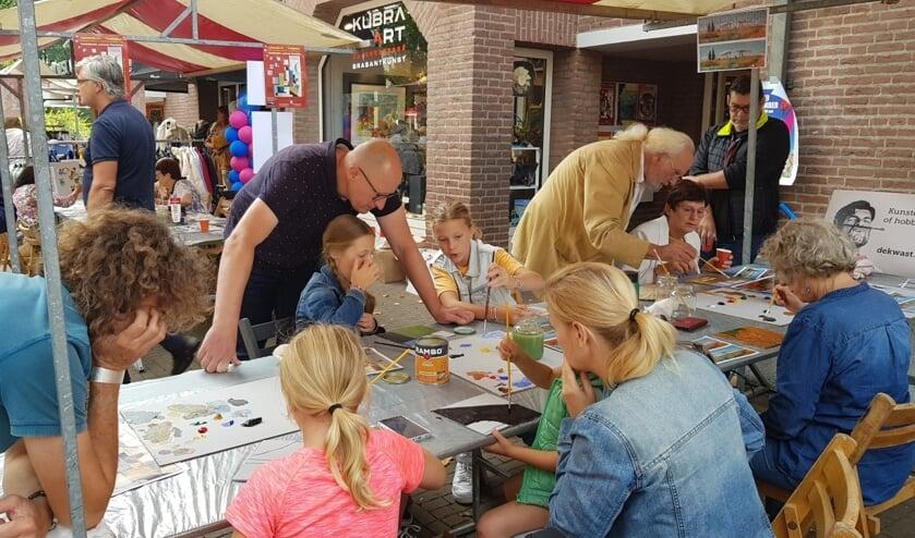 <p>Op 12 september hebben inwoners van Rosmalen - jong en oud - onder begeleiding van enkele kunstenaars van KuBra-Art Galerie gewerkt aan twee schilderijen binnen het community-art project &#39;Verbinding&#39;.</p>