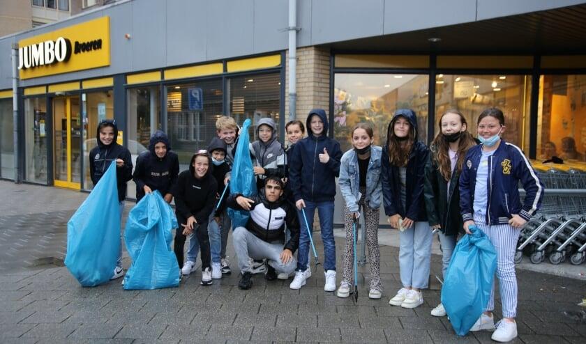 <p>Honderden leerlingen van het Sint-Janslyceum trokken op woensdag 15 september de stad en de nabije natuur in om zwerfvuil op te ruimen.</p>