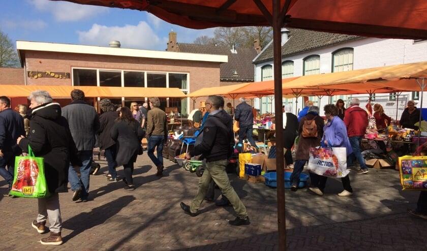 Gezellige rommelmarkt op het terrein achter de Battle Axe aan de Lambertusstraat in Cromvoirt.