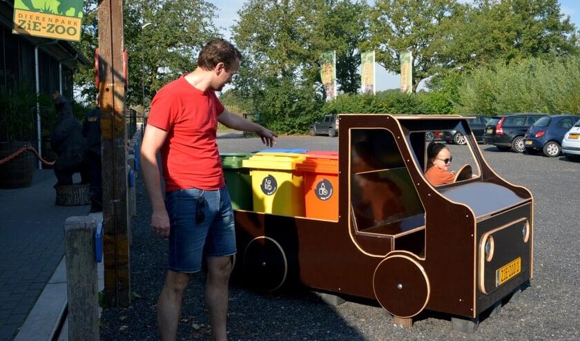 <p>E&eacute;n van de nieuw trucks in de dierentuin. (foto: Henk Lunenburg)</p>