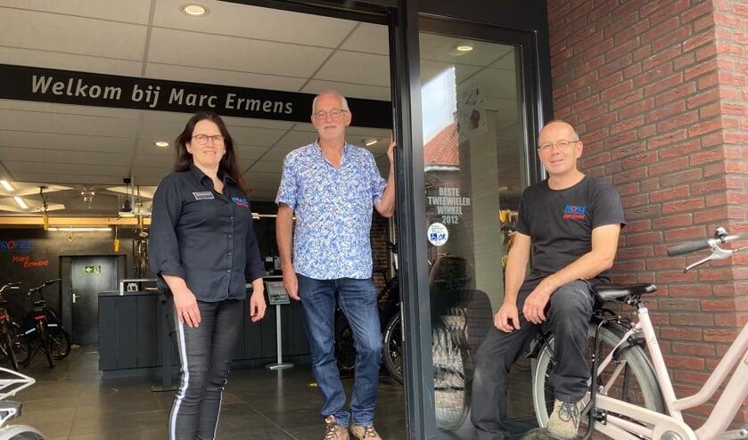 V.l.n.r: Miranda Ermens, Herman Peters (PGSA) en Marc Ermens voor de zaak in Oploo