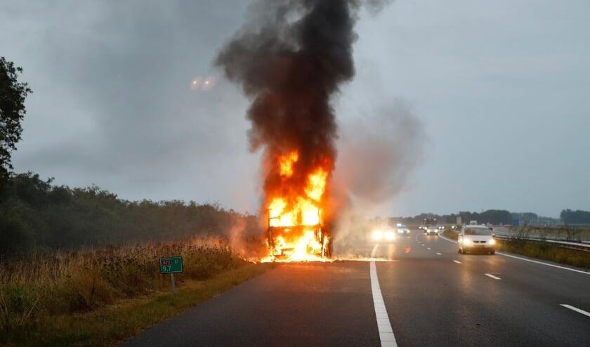 De bestuurder van de vrachtwagen kon zichzelf tijdig in veiligheid brengen.