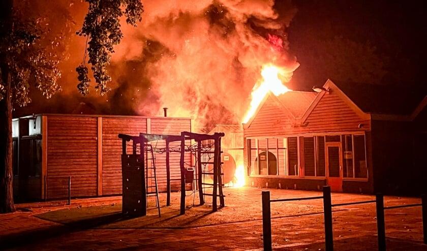 <p>De politie kijkt of er een verband is met onder andere de brand bij SBO Het Baken. (Foto: Gabor Heeres, Foto Mallo)</p>