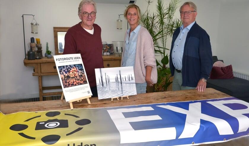 <p>Henk, Astrid en Frans, met een zwart-wit foto gemaakt door Henk. (foto: Henk Lunenburg)</p>