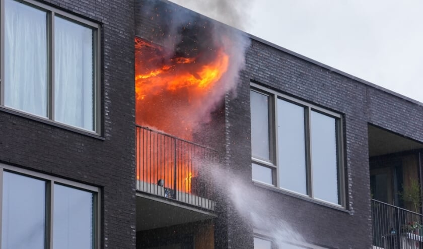 Uitslaande brand in appartement aan Jeneverbes. (Foto: Gabor Heeres, Foto Mallo)