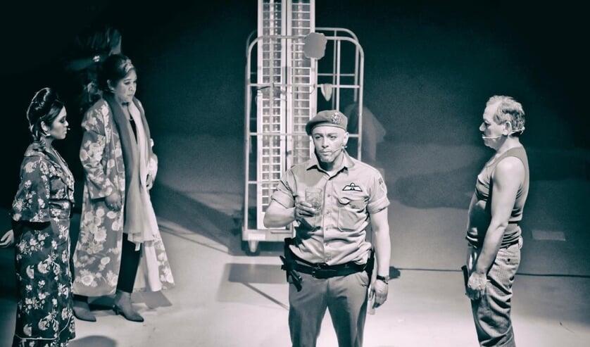 <p>Scenefoto uit de voorstelling Operasi Batavia (Foto: John Pattiiha)</p>