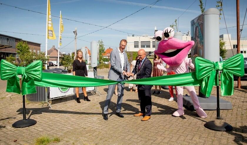 <p>Burgemeester Kees van Rooij opent de foto-expositie.</p>