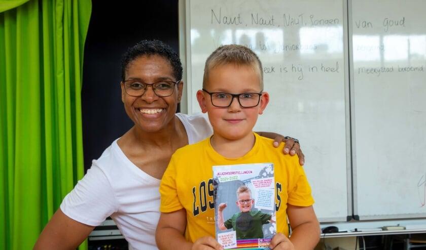 <p>Naut Heijnen op de foto met Jeritza Toney en het eerste exemplaar van de Juniorfolder.</p>