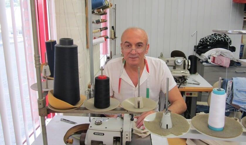 Kleermaker Hüseyin Yasar aan het werk in zijn atelier.