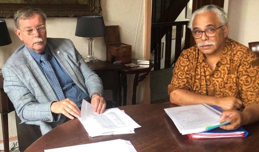 Advocaat Mr. A.A.J.L. van Elk de Freese neemt samen met Vincent Mastail, één van de kartrekkers uit de Molukse gemeenschap, het uitgewerkte plan door.