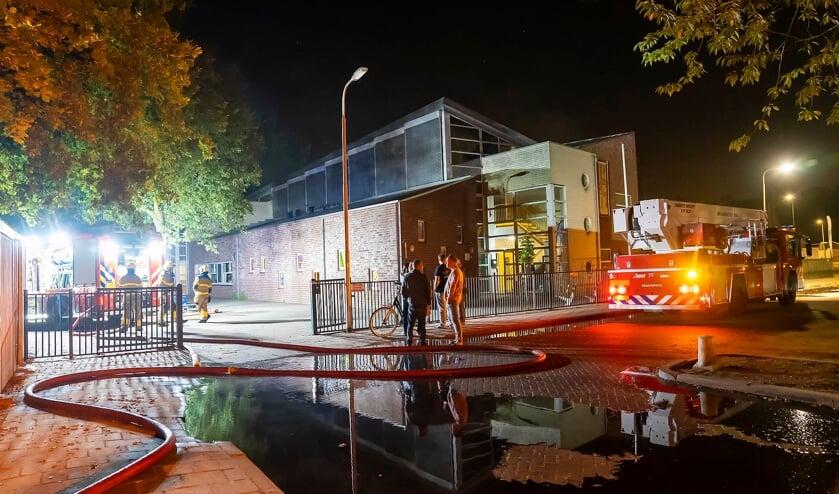 <p>De hulpdiensten bij de brand in de John F. Kennedyschool. (Foto: Gabor Heeres, Foto Mallo)</p>